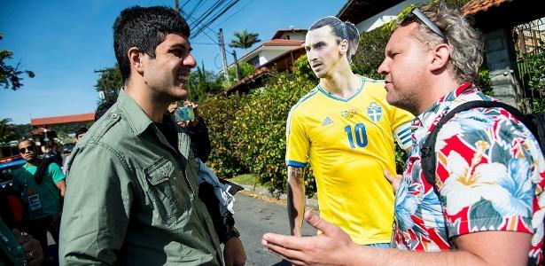 Jornalista sueco (d) carrega cartaz de Ibrahimovic para ver reação de brasileiros