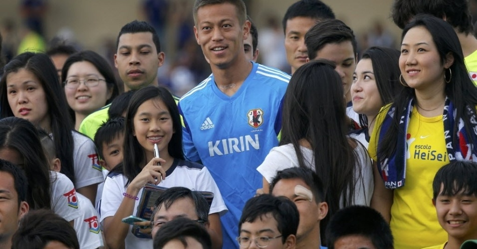 Keisuke Honda, da seleção japonesa, posa com fãs antes do treino no estádio municipal de Sorocaba