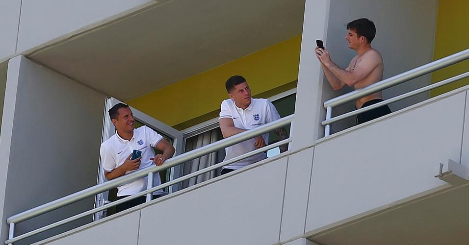 08.jun.2014 - Leighton Baines, da Inglaterra, fotografa com um telefone celular Phil Jagielka (à esq.) e Ross Barkley, companheiros de seleção, em hotel no Rio de Janeiro