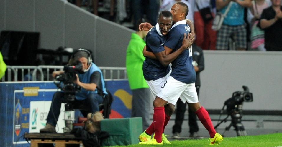 Matuidi é abraçado por Evra após marcar o segundo gol da França sobre a Jamaica