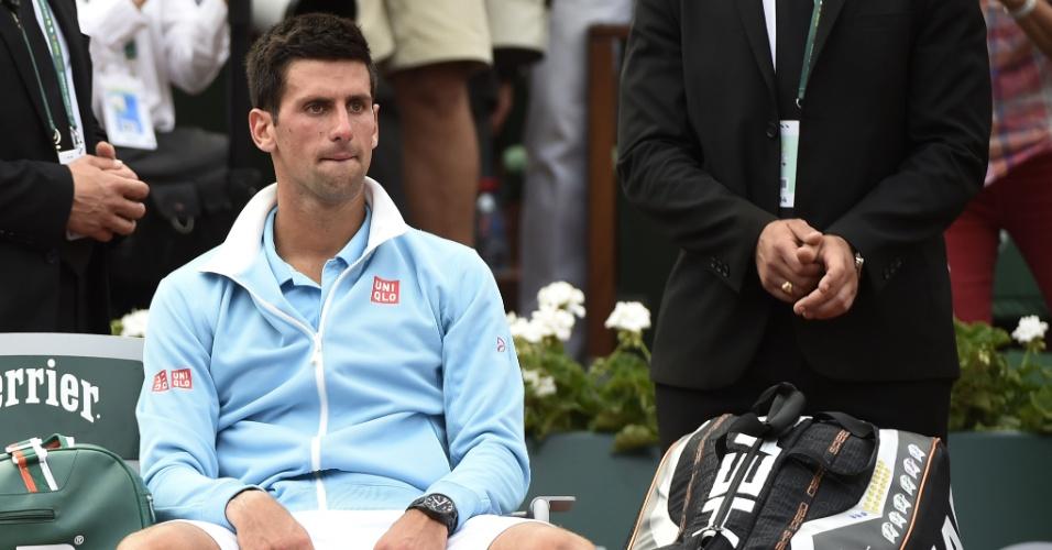 08.jun.2014 - Novak Djokovic exibe abatimento após ser derrotado por Rafael Nadal em Roland Garros