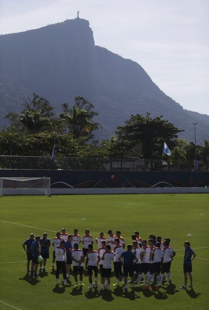 O técnico da Holanda, Louis Von Gaal, fala com o time antes de treino, no Rio