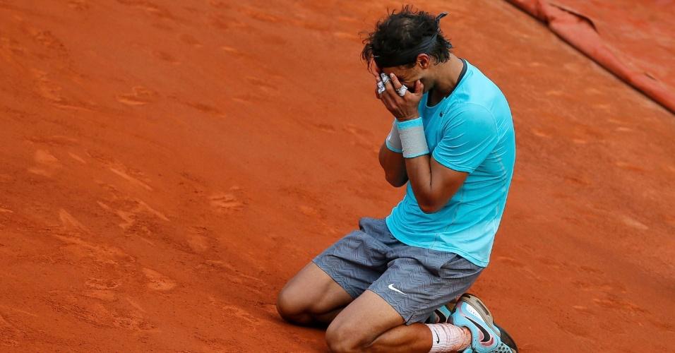 08.jun.2014 - Rafael Nadal leva as mãos ao rosto após bater Djokovic e vencer o título de Roland Garros