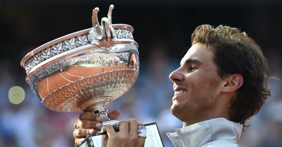 08.jun.2014 - Rafael Nadal levanta troféu após bater Novak Djokovic em Roland Garros