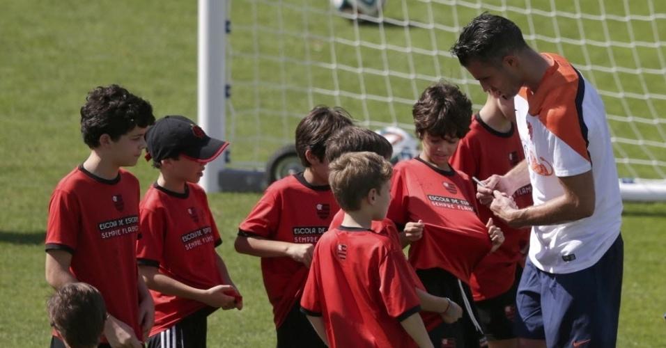 Robin Van Persie, da Holanda, dá autógrafos para crianças depois do treino do time, no Rio de Janeiro