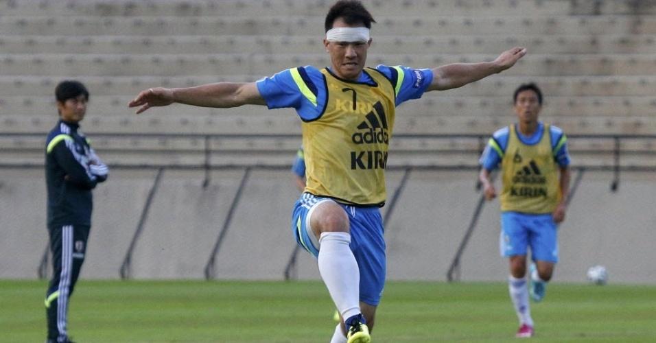 Shinji Okazaki, da seleção japonesa, treina no estádio municipal de Sorocaba