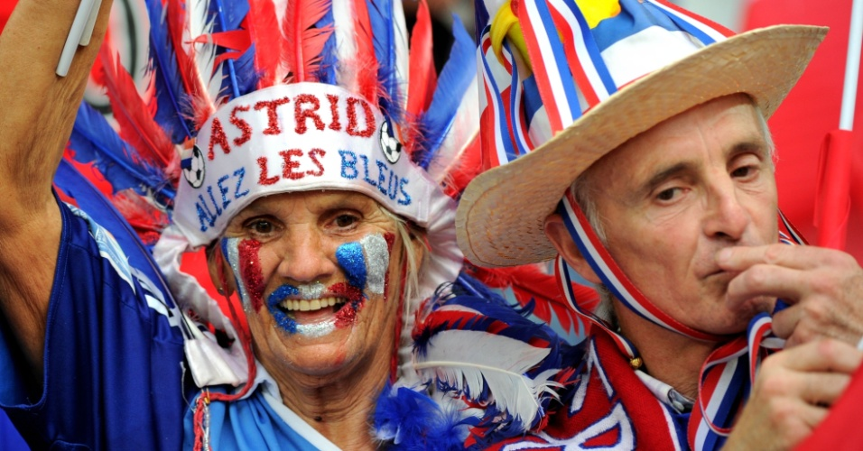 Torcedores franceses se fantasiam para acompanhar despedida da seleção do país