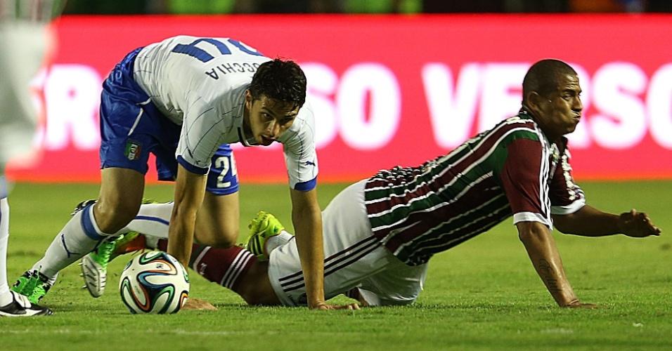 Walter, do Fluminense, vai ao chão ao receber marcação do zagueiro italiano Ranocchia durante amistoso