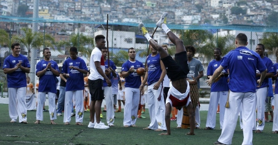 09. jun. 2014 - Jogadores da Inglaterra fazem capoeira em comunidade da Rocinha, no Rio de Janeiro