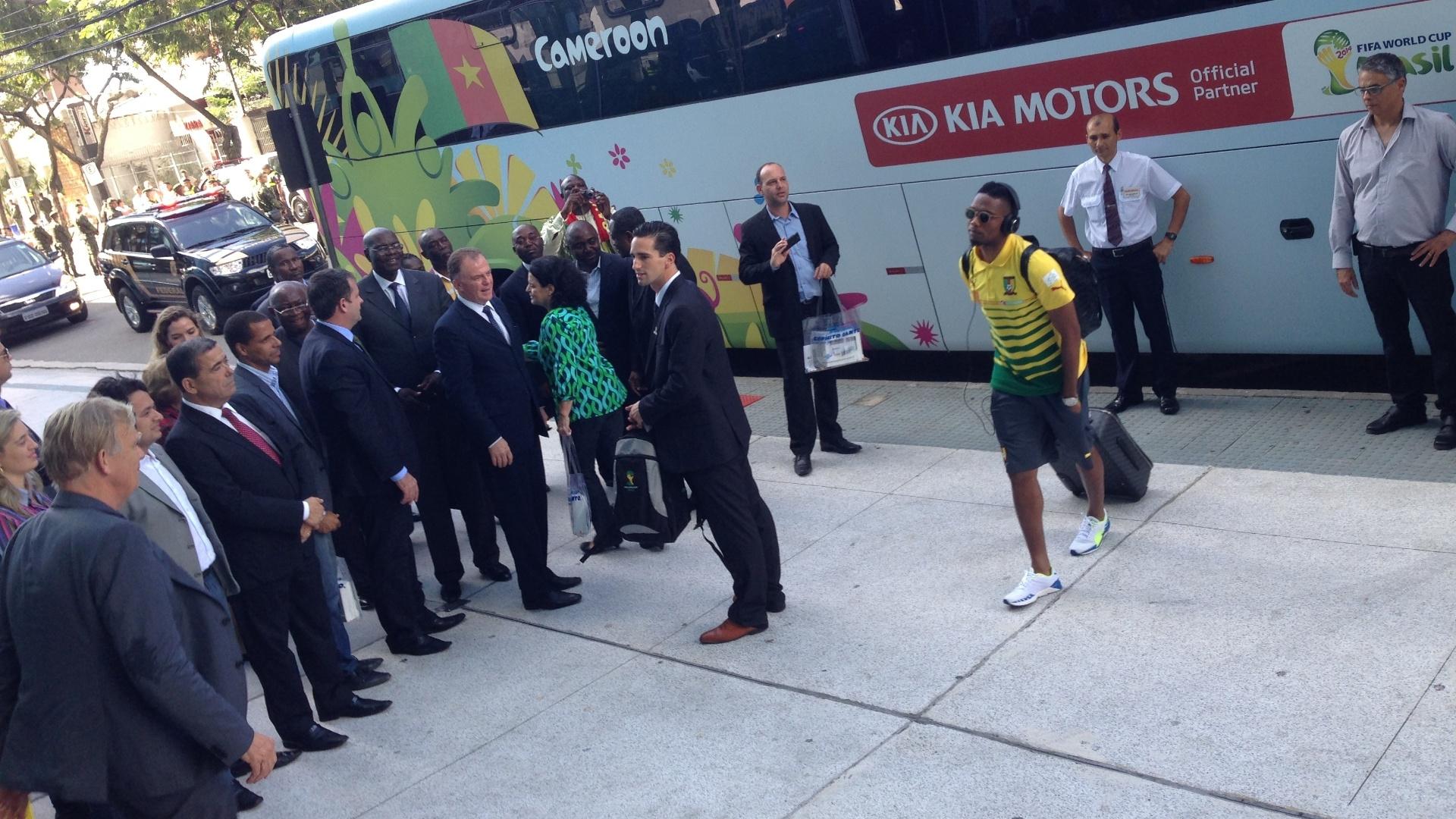 09. jun. 2014 - Liderados por Samuel Eto'o, jogadores de Camarões chegam a hotel, em Vitória (ES)