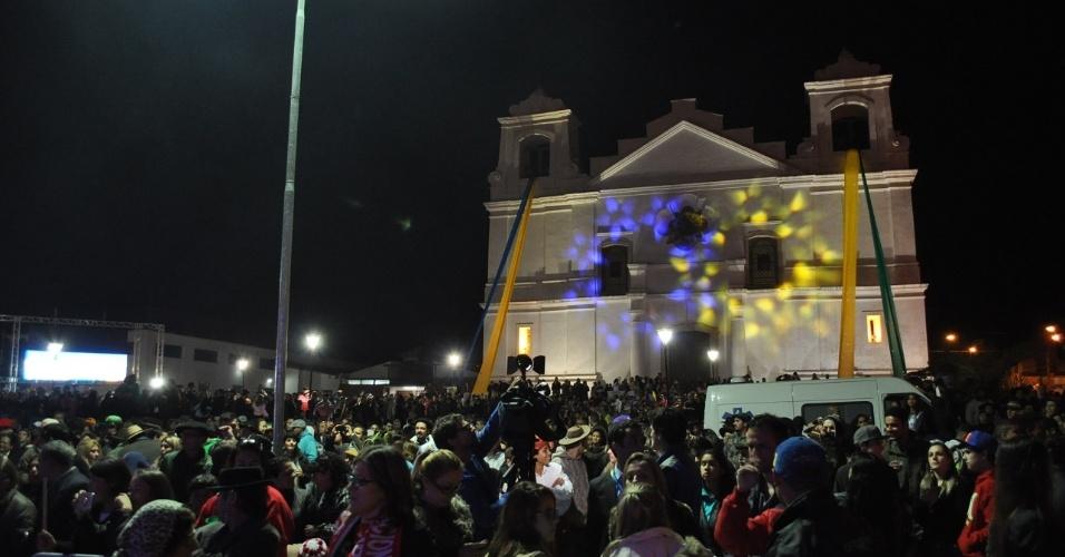 09 jun 2014 - Praça de Viamão-RS recebe 5 mil torcedores pelo Equador