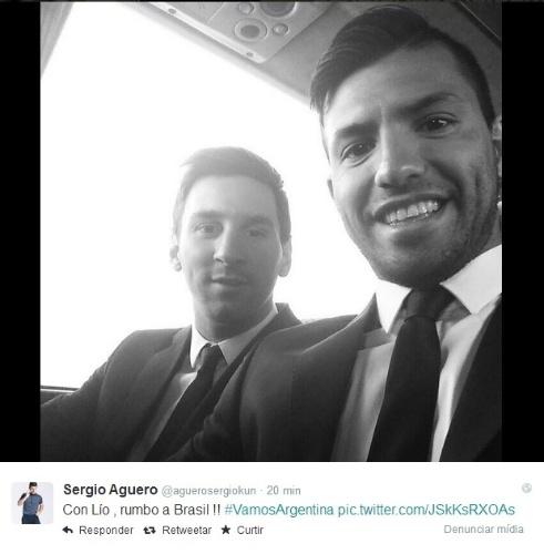 09. jun. 2014 - Sergio Aguero faz selfie ao lado de Messi em viagem para o Brasil para a Copa do Mundo