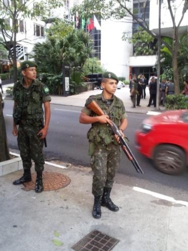 09. jun. 2014 - Soldados do exército fazem a segurança no entorno do hotel onde a seleção norte-americana ficará hospedada, na zona sul de São Paulo
