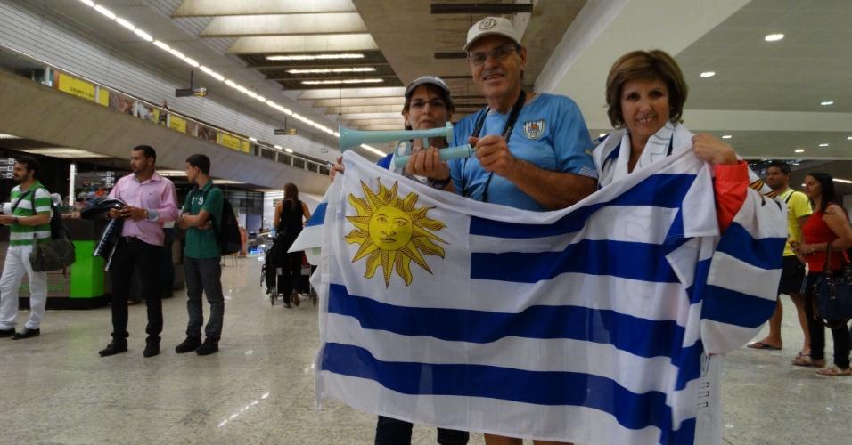 09. jun. 2014 - Torcedores do Uruguai aguardam desembarque da seleção no aeroporto de Confins, em Minas Gerais