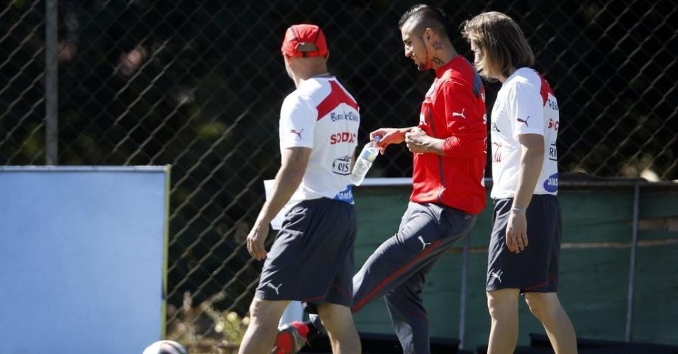09. jun. 2014 - Volante Arturo Vidal chuta bola junto com membros da comissão técnica chilena