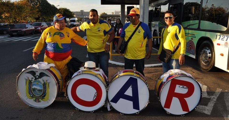 09.jun.2014 - Equatorianos viram atração em aeroporto de Porto Alegre