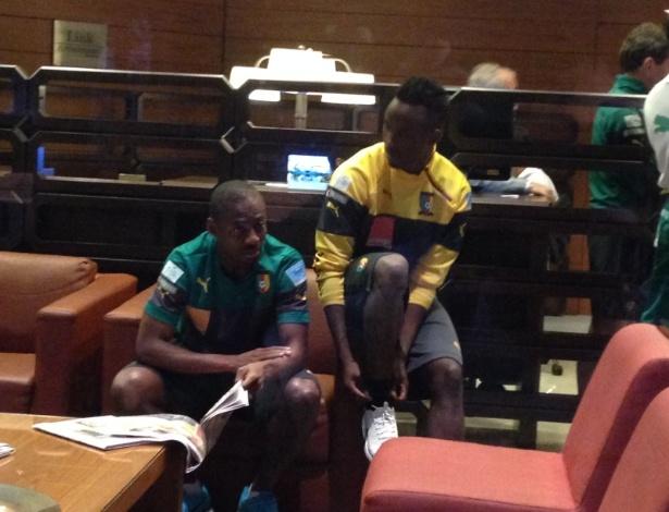Atletas da delegação camaronesa vão para o saguão do hotel e causam surpresa nos torcedores presentes no local