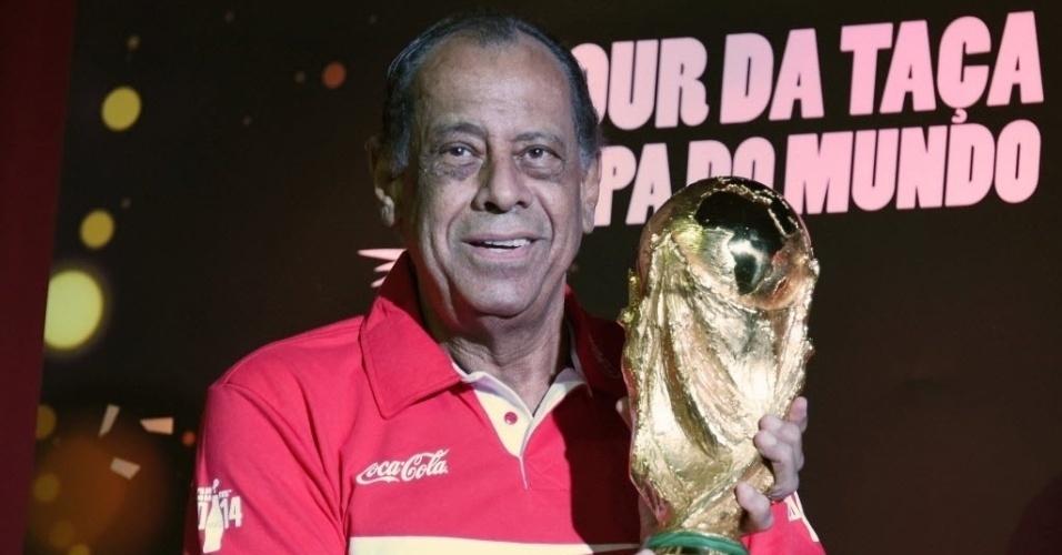 """Carlos Alberto Torres, ex-lateral do Brasil: """"Temos de reconhecer que o Brasil, jogando em casa, com essa grande seleção que nós temos, é o favorito.  Também vejo Alemanha, Argentina, Holanda e Espanha com chances de brigar pelo título"""""""