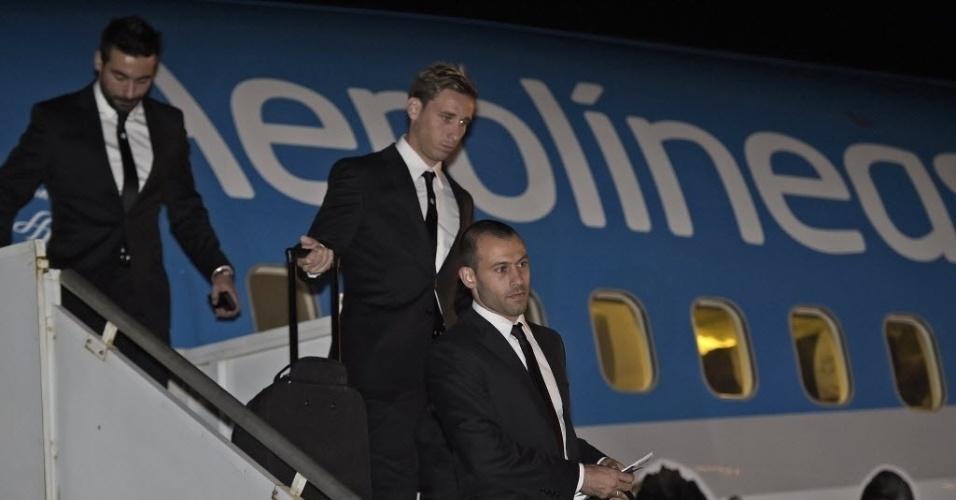 Delegação argentina desembarca no aeroporto de Confins, em Minas Gerais, onde vai se preparar para a Copa