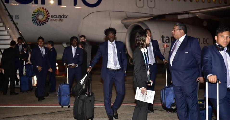 Delegação do Equador desembarca no aeroporto Salgado Filho, em Porto Alegre