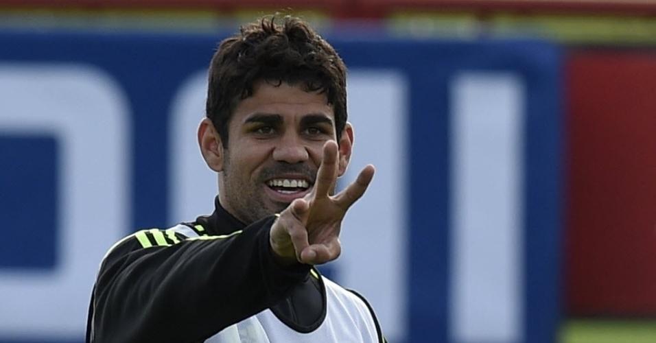 Diego Costa gesticula durante treino da seleção espanhola no CT do Caju, em Curitiba