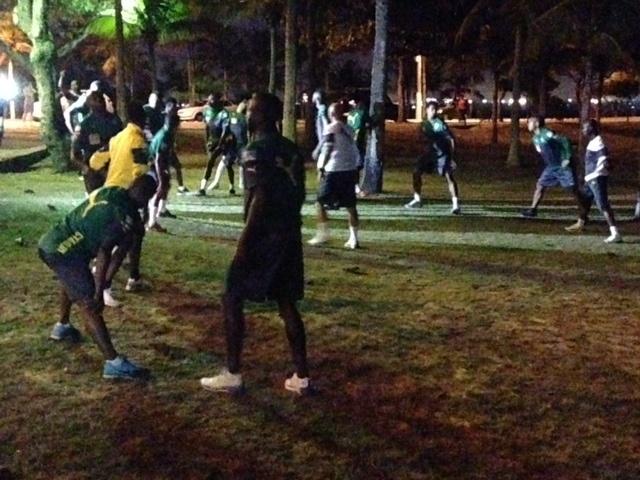 Em Vitória, jogadores de Camarões vão para a praia fazer alongamento