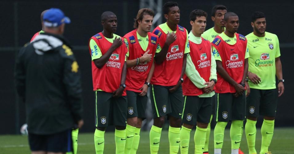 Felipão observa jogadores formando barreira durante treinamento de faltas