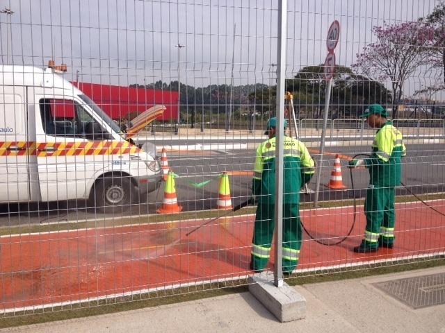 Funcionários da Prefeitura de São Paulo 'arrumam' o Itaquerão às vésperas da estreia da Copa do Mundo