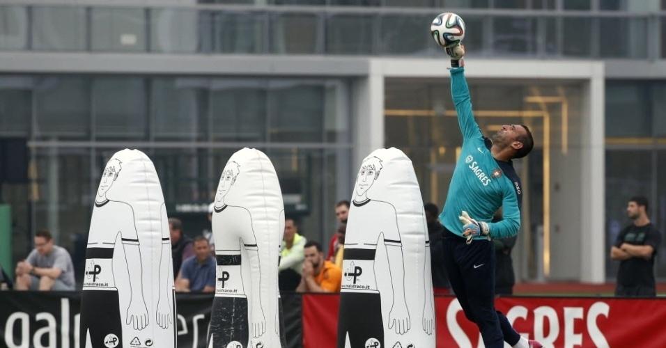 Goleiro Beto, de Portugal, treina com a bola durante a preparação nos EUA