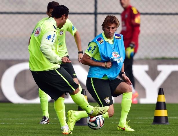 Henrique dá combate no treinamento da seleção brasileira