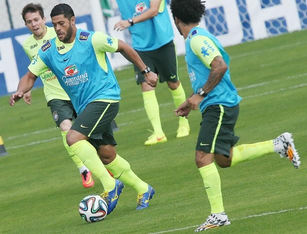 Hulk avança com a bola durante a atividade da seleção