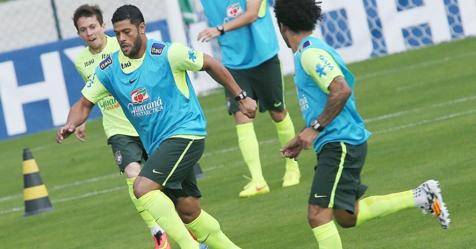 f6dad24ea0 Hulk avança com a bola durante a atividade da seleção