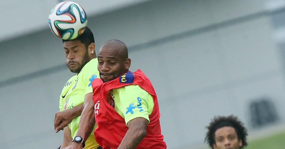 Hulk e Maicon disputam bola de cabeça em Teresópolis