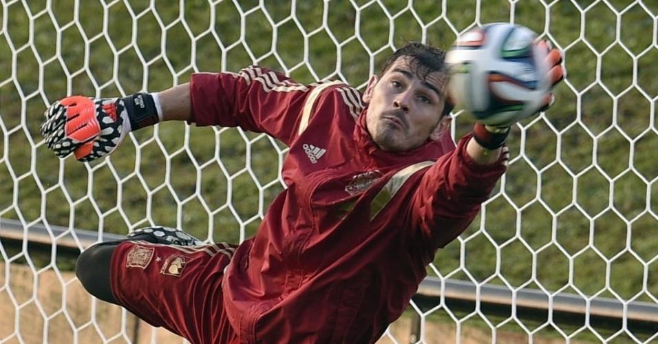 Iker Casillas se estica para fazer defesa em treinamento da Espanha no CT do Caju, em Curitiba