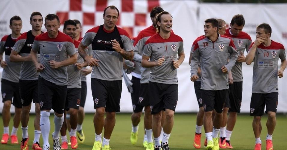 Jogadores da Croácia, adversária do Brasil na estreia da Copa, correm no gramado em treino na Praia do Forte, na Bahia