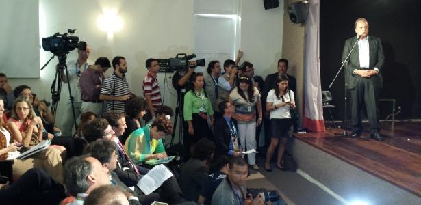 Jornalistas e fotógrafos buscam um espaço no auditório durante discurso do governardor Pezão