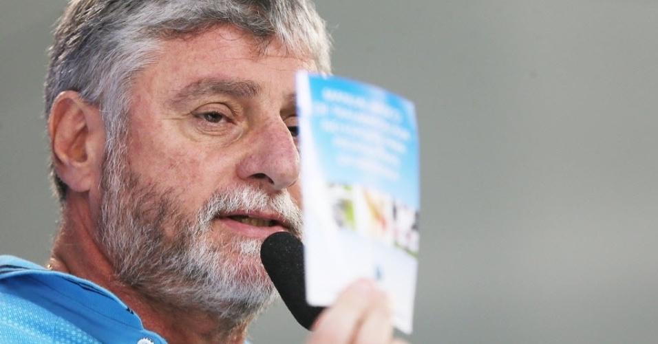 José Luiz Runco, médico da seleção, participa da coletiva da seleção na Granja Comary, em Teresópolis