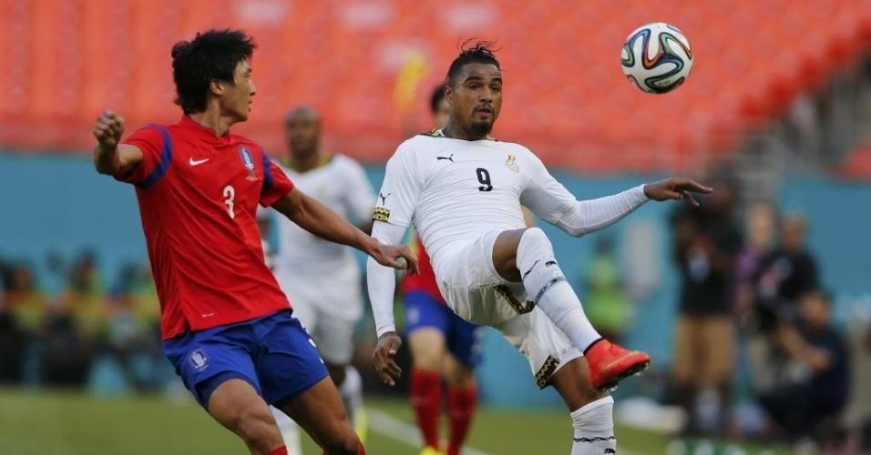Kwak Taehwi, da Coreia do Sul, briga pela bola com Kevin-Prince Boateng, de Gana, durante amistoso pré-Copa