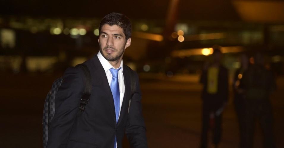 Luis Suarez desembarca no aeroporto de Confins junto com a delegação do Uruguai