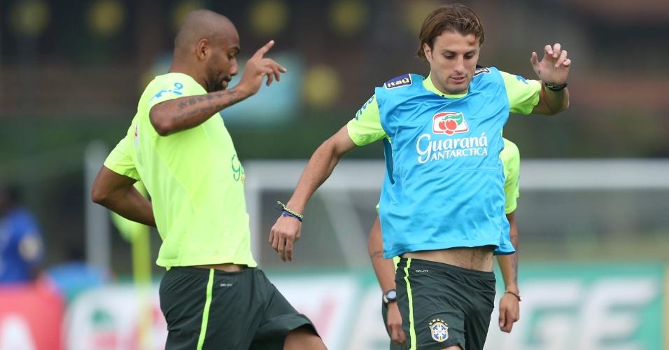 Maicon e Henrique durante treino do Brasil na Granja Comary (09/06/2014)