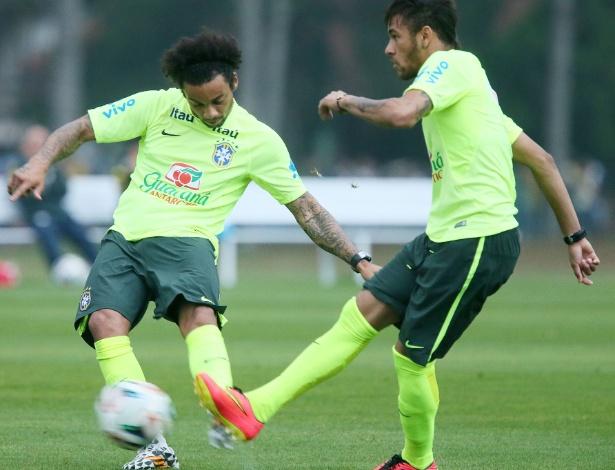 Marcelo e Neymar disputam chute no treino da seleção