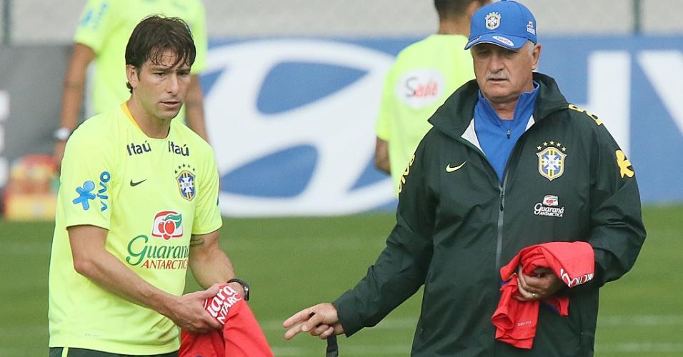 Maxwell recebe orientação de Felipão durante o treino