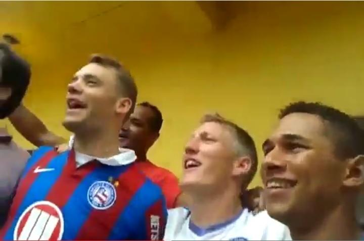 Neuer e Schweinsteiger, da seleção da Alemanha, cantam o hino do Bahia ao lado de torcedores
