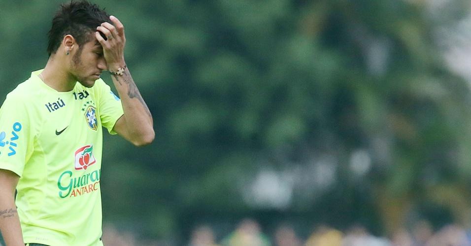 Neymar coloca  a mão na testa no treino desta segunda-feira