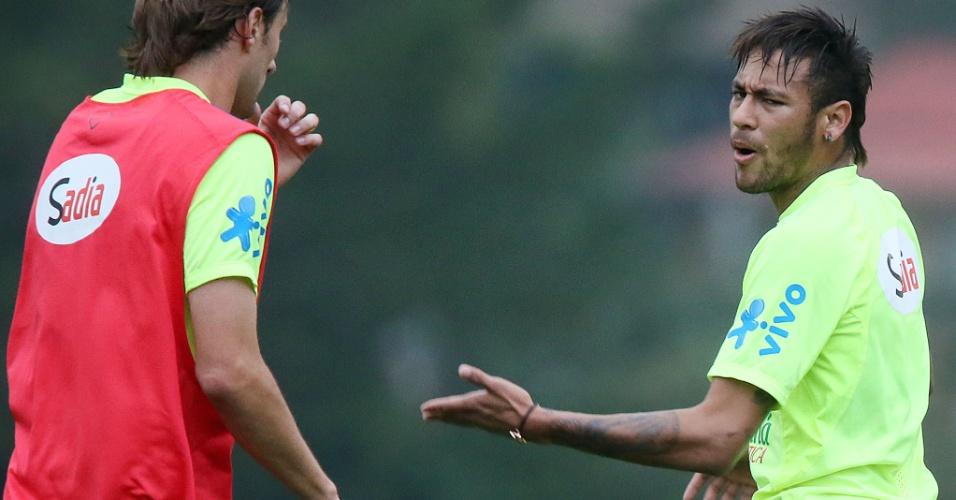 Neymar conversa com companheiros da seleção na Granja Comary