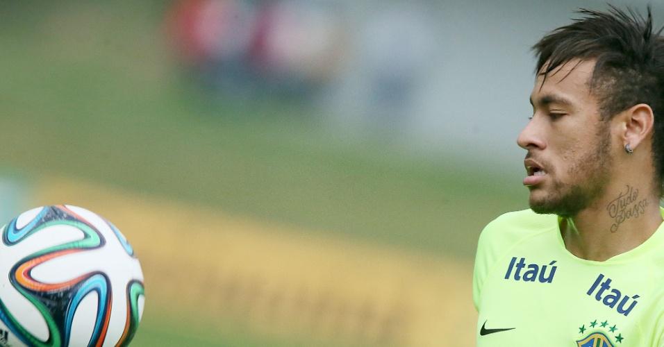 Neymar observa bola durante treinamento