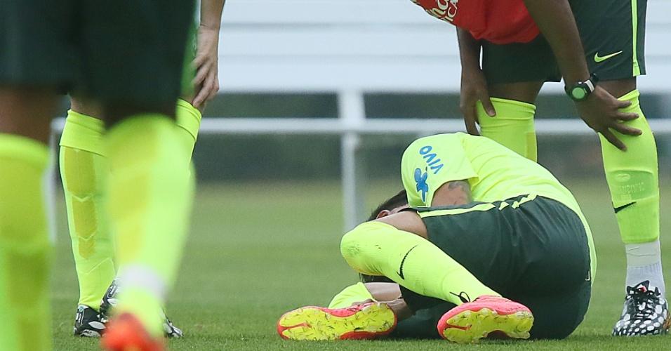 Neymar sente o pé direito no treino da seleção nesta segunda-feira