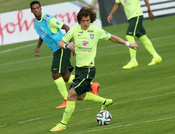 Observado por Jô, David Luiz recebe a bola na Granja Comary