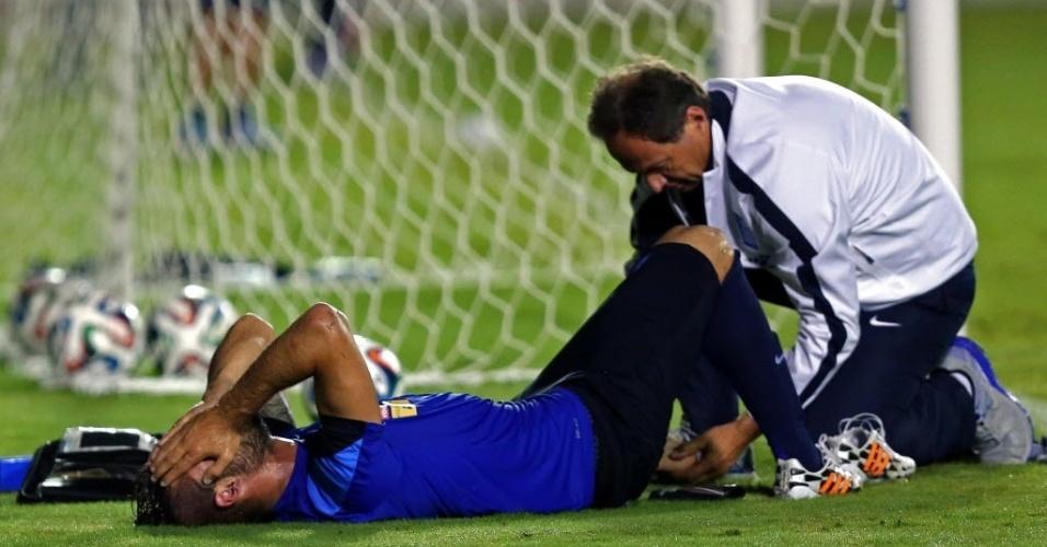 Panagiotis Tachtsidis, da Grécia, recebe atendimento médico durante treinamento em Aracaju