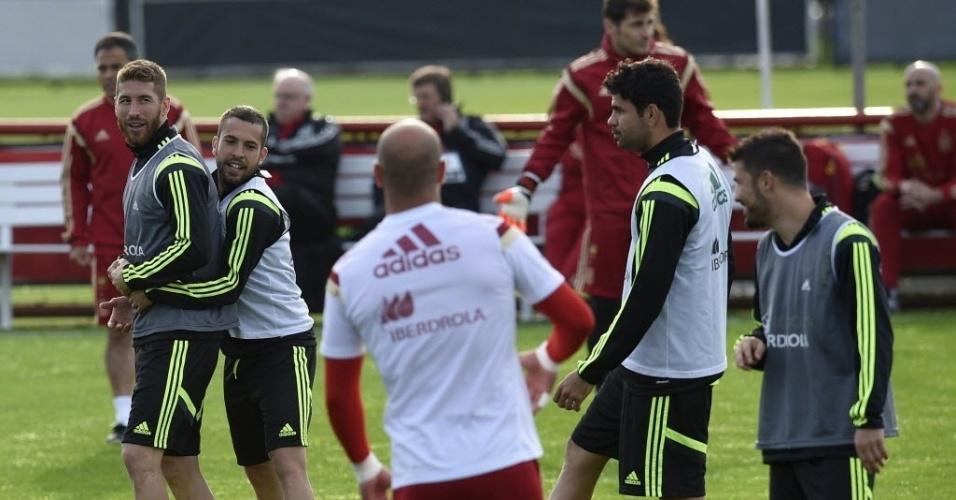 Sergio Ramos e Jordi Alba brincam no treino da Espanha no CT do Caju, em Curitiba